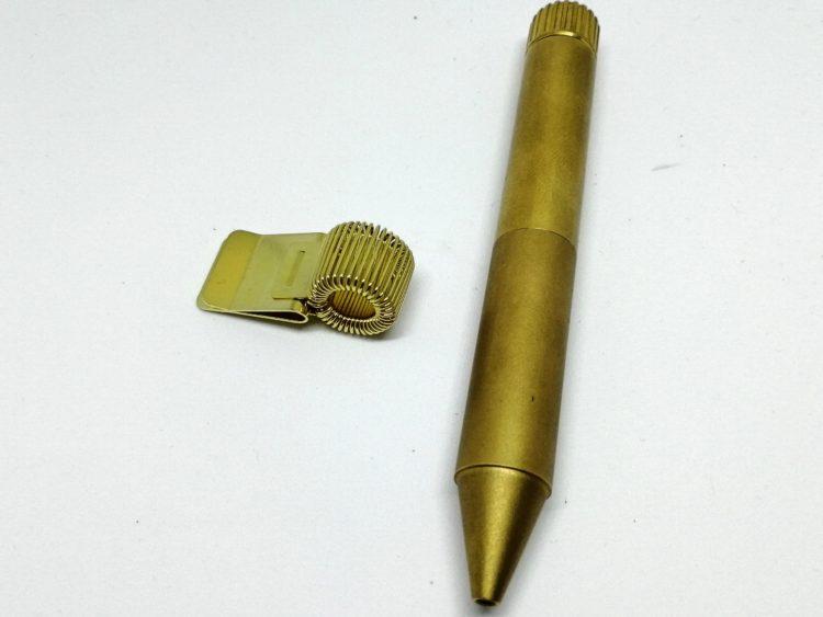 スプリング式ペンホルダーとクリップなしペン