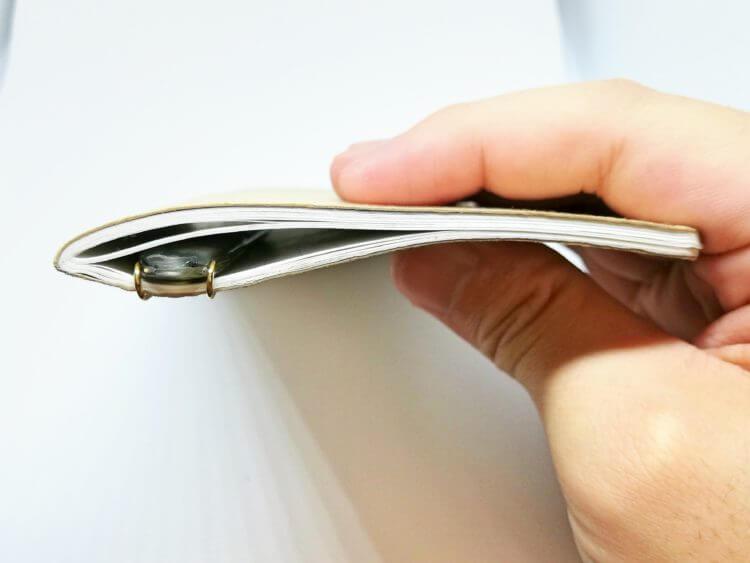 薄さ故にメモ帳に挟みやすい